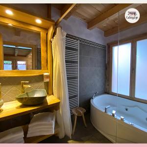 Dolomiti Village: il bagno con vasca idromassaggio